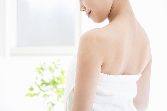 白いタオルを巻いた女性の後ろ姿